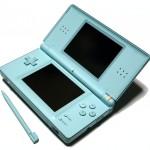 Der Nintendo DS Lite mit Stylus in der Farbe Ice Blue.