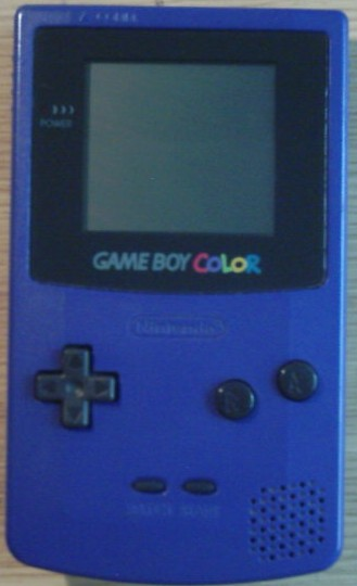 Der GameBoy Color in der Farbe blau.