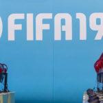 Gaming Kopfhörer - Marco Verch Gaming PCs mit roten Kopfhörern am Messestand von EA FIFA19 - Flickr - CC BY 2.0
